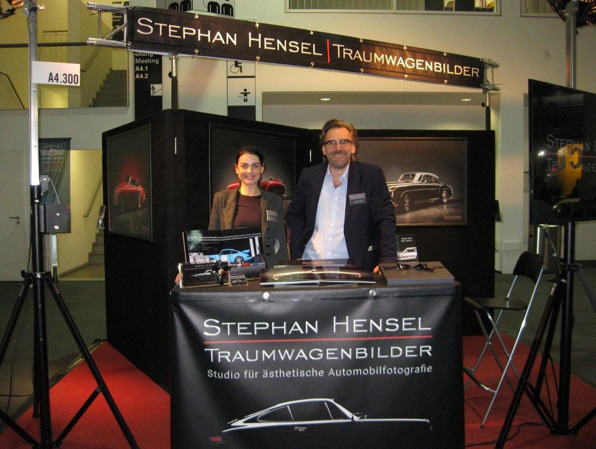 Hamburgs Oldtimerfotograf Stephan Hensel zusammen mit Stephanie Hensel am Messestand auf der Hamburg Motor Classics vom 13.10. - 15.10.2017